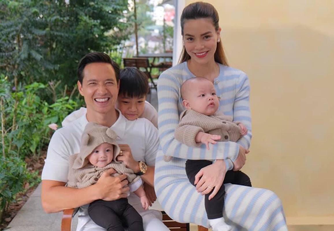 Ho Ngoc Ha - Kim Ly hanh phuc ben ba con trong ngay nghi le