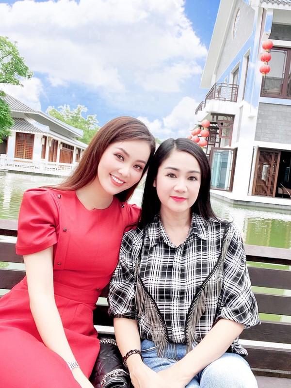 NSND Thu Ha xinh dep tre trung du hon MC Thuy Van 17 tuoi