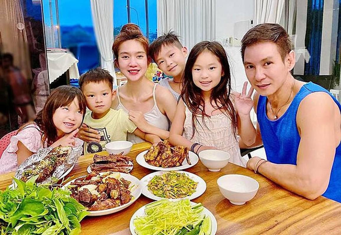 Hong Van ben ong xa Le Tuan Anh va 2 con sau on ao-Hinh-5