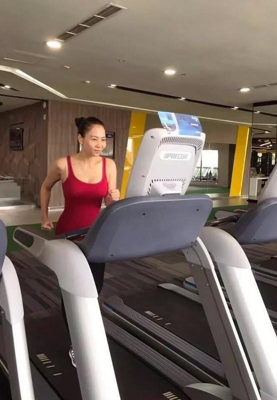 Thu Minh khoe than hinh quyen ru nho cham tap gym-Hinh-2