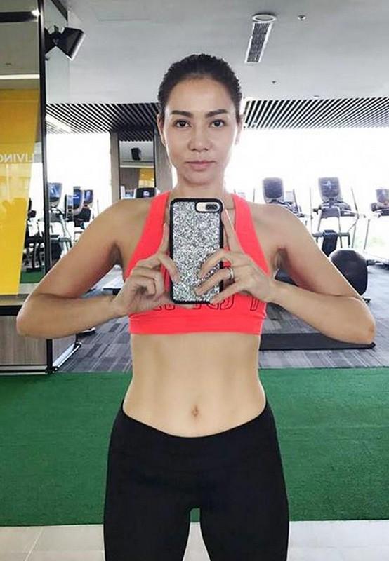 Thu Minh khoe than hinh quyen ru nho cham tap gym