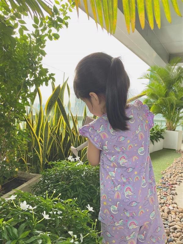 Cung xiu anh con trai Hoa hau Dang Thu Thao 1 tuoi lam vuon-Hinh-3