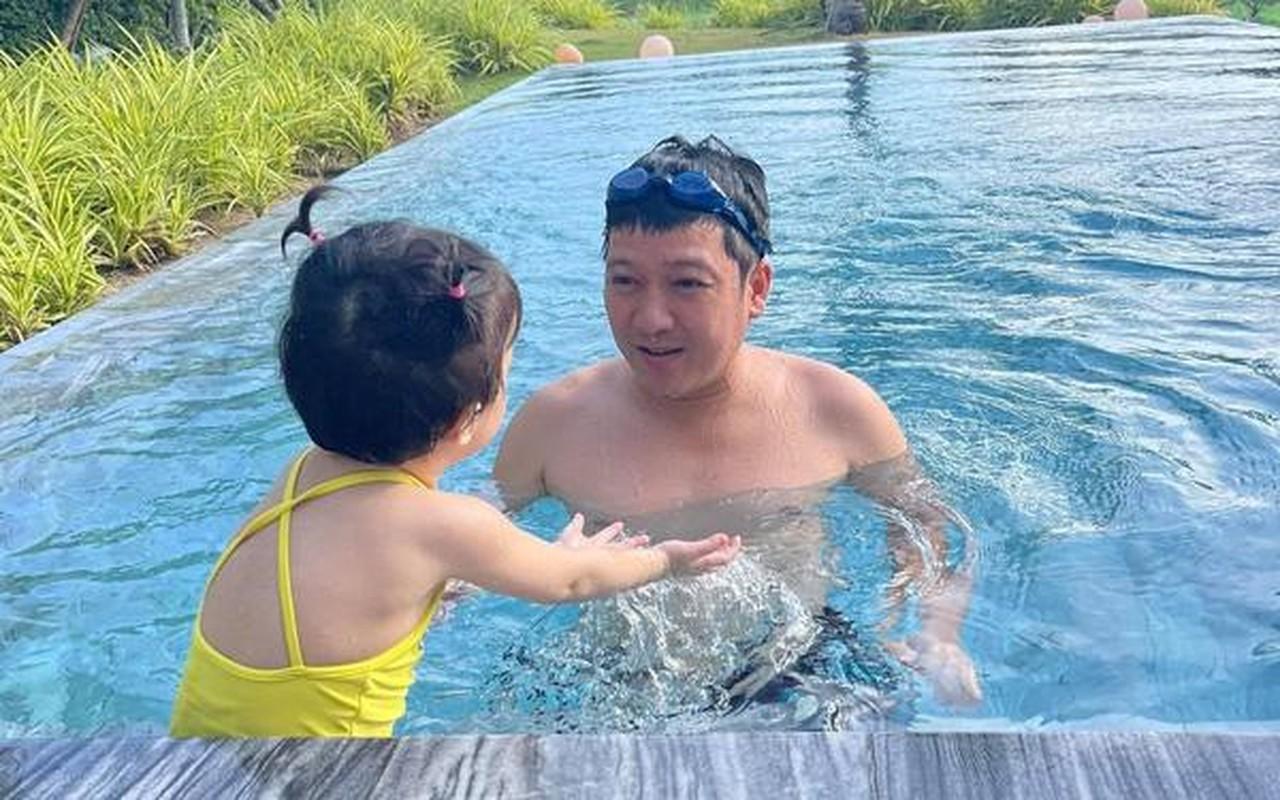 Con gai Truong Giang - Nha Phuong lo mat cute, lam viec nha thoan thoat-Hinh-8