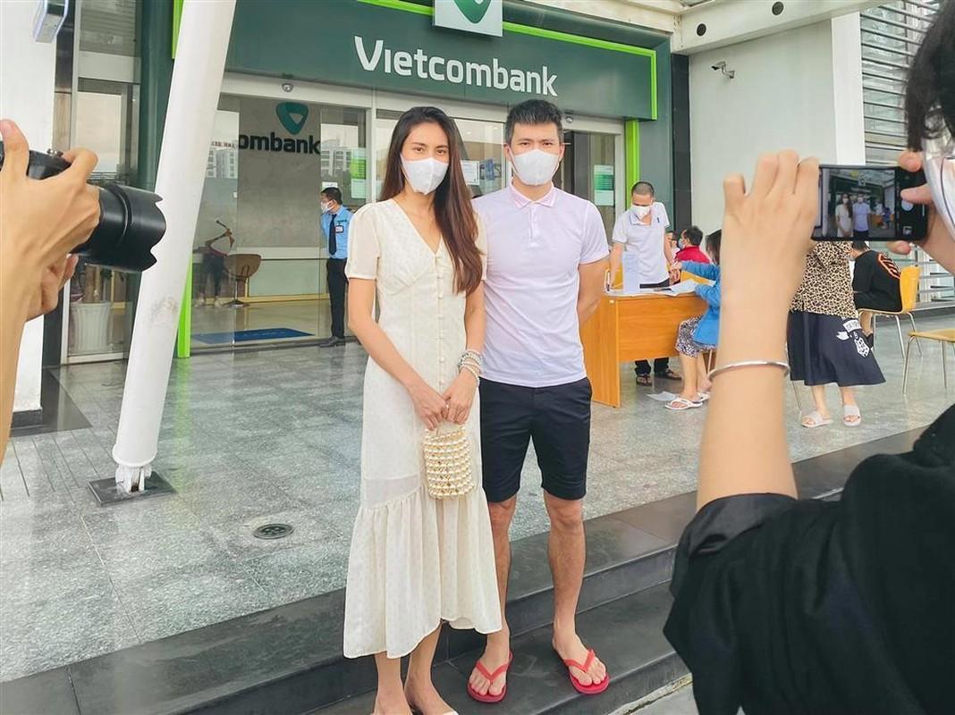 """Outfit di sao ke: Cong Vinh """"keo khoa quan"""", Thuy Tien xinh het nac"""
