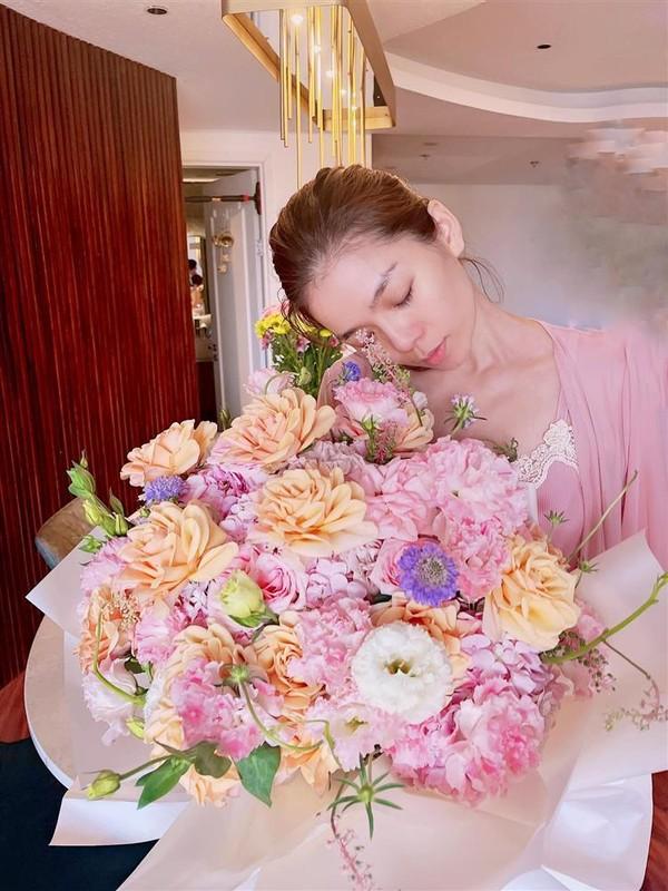 Le Quyen bi nghi mang bau khi nhan hoa ky niem cua tinh tre-Hinh-3