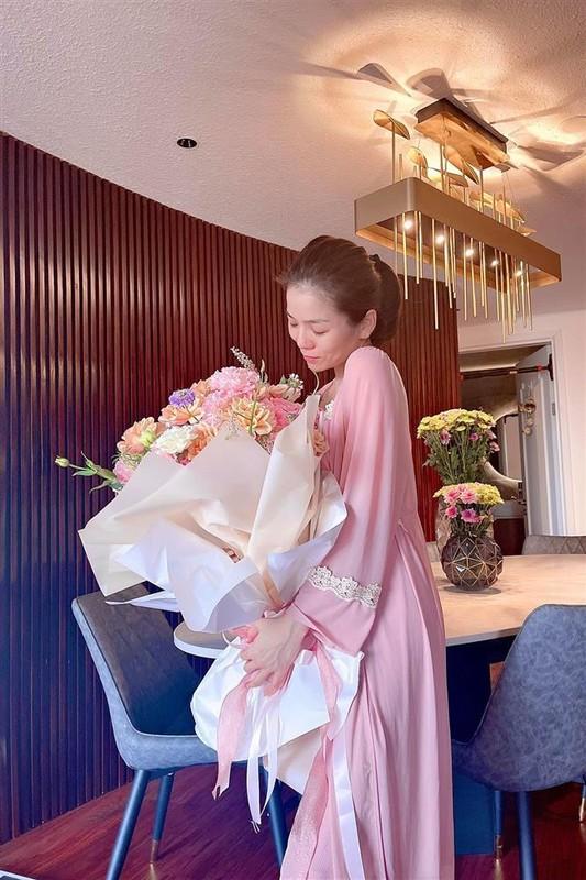 Le Quyen bi nghi mang bau khi nhan hoa ky niem cua tinh tre-Hinh-4