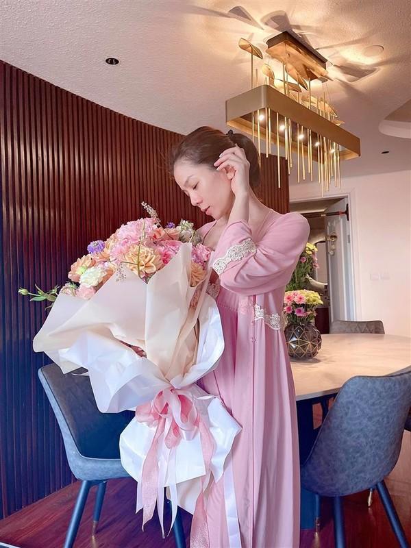 Le Quyen bi nghi mang bau khi nhan hoa ky niem cua tinh tre-Hinh-5