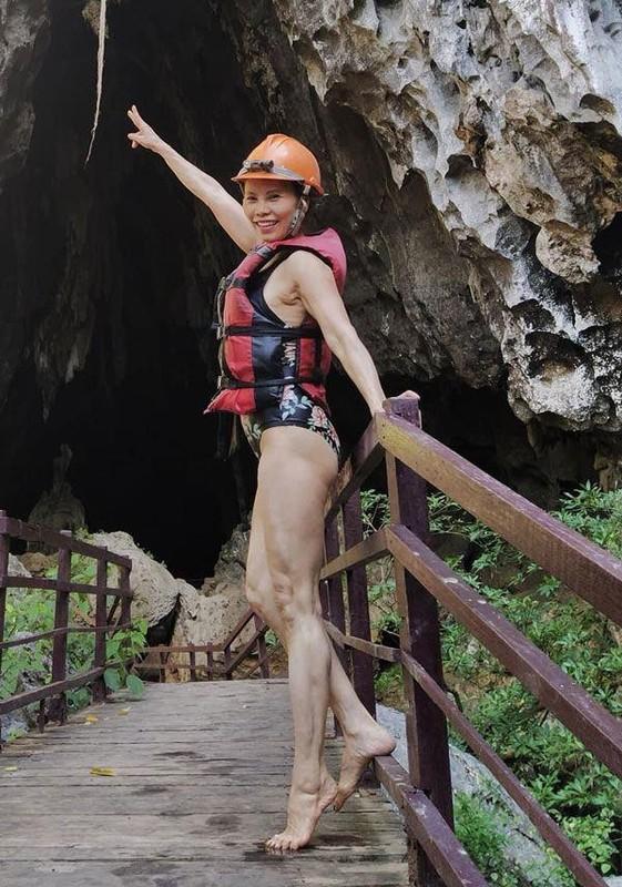 Me Ho Ngoc Ha tap yoga, khoe body tuoi 64 ben hai chau-Hinh-12
