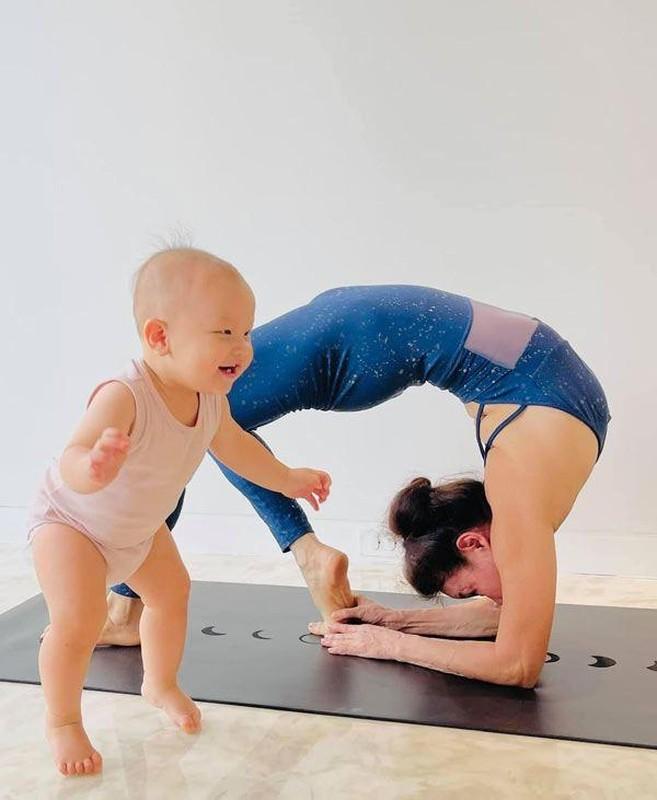Me Ho Ngoc Ha tap yoga, khoe body tuoi 64 ben hai chau-Hinh-2