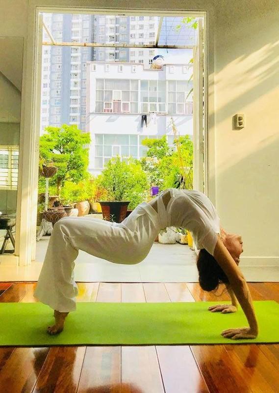 Me Ho Ngoc Ha tap yoga, khoe body tuoi 64 ben hai chau-Hinh-6
