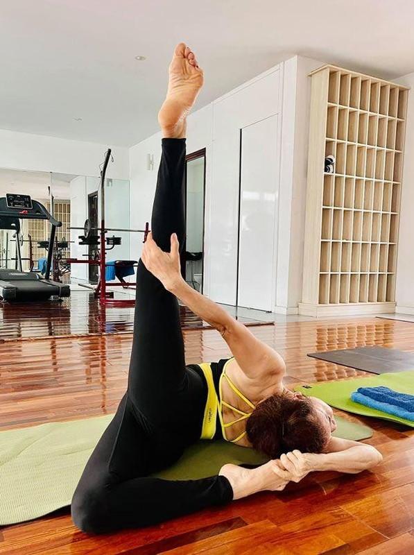 Me Ho Ngoc Ha tap yoga, khoe body tuoi 64 ben hai chau-Hinh-7