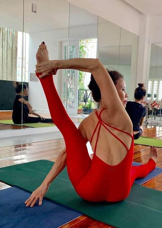 Me Ho Ngoc Ha tap yoga, khoe body tuoi 64 ben hai chau-Hinh-8
