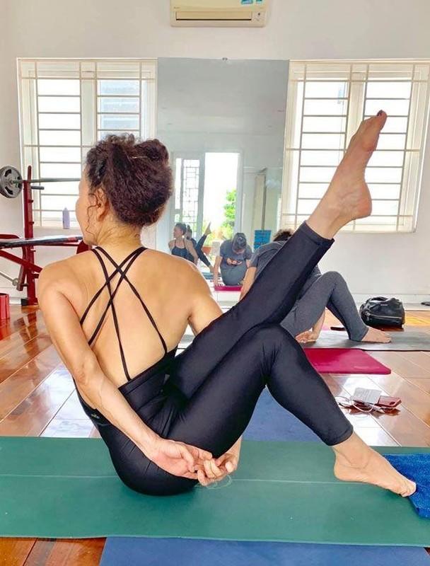 Me Ho Ngoc Ha tap yoga, khoe body tuoi 64 ben hai chau-Hinh-9