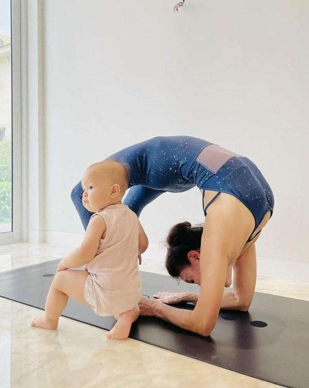 Me Ho Ngoc Ha tap yoga, khoe body tuoi 64 ben hai chau