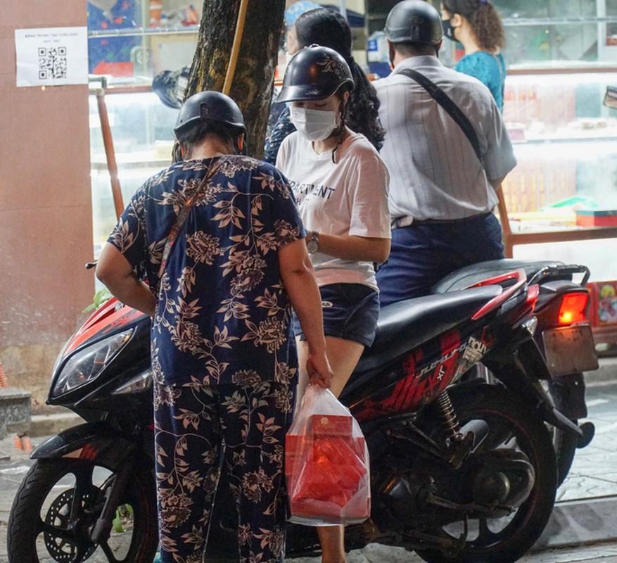 Giao thong un u tai diem ban banh trung thu tren pho Thuy Khue-Hinh-11