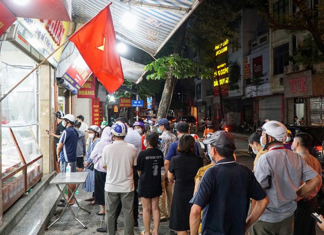 Giao thong un u tai diem ban banh trung thu tren pho Thuy Khue-Hinh-4