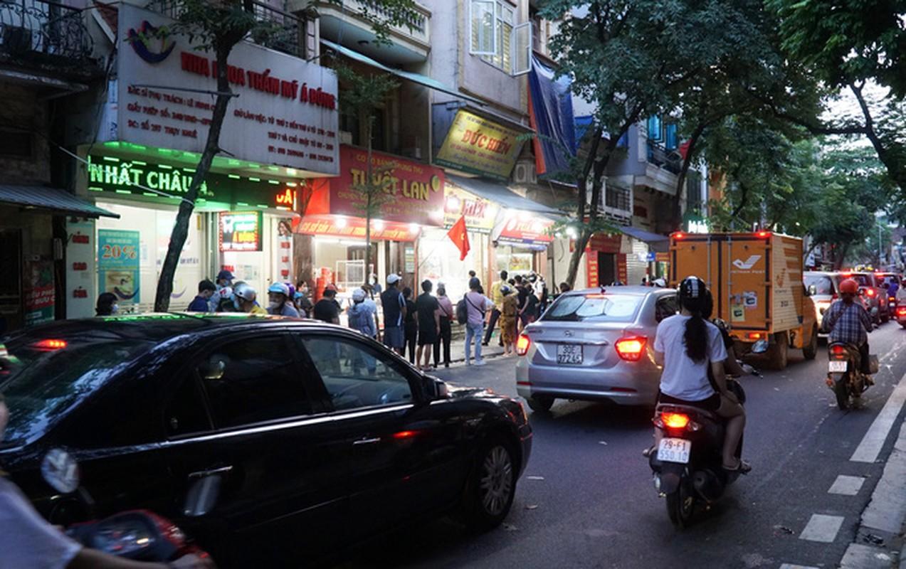 Giao thong un u tai diem ban banh trung thu tren pho Thuy Khue