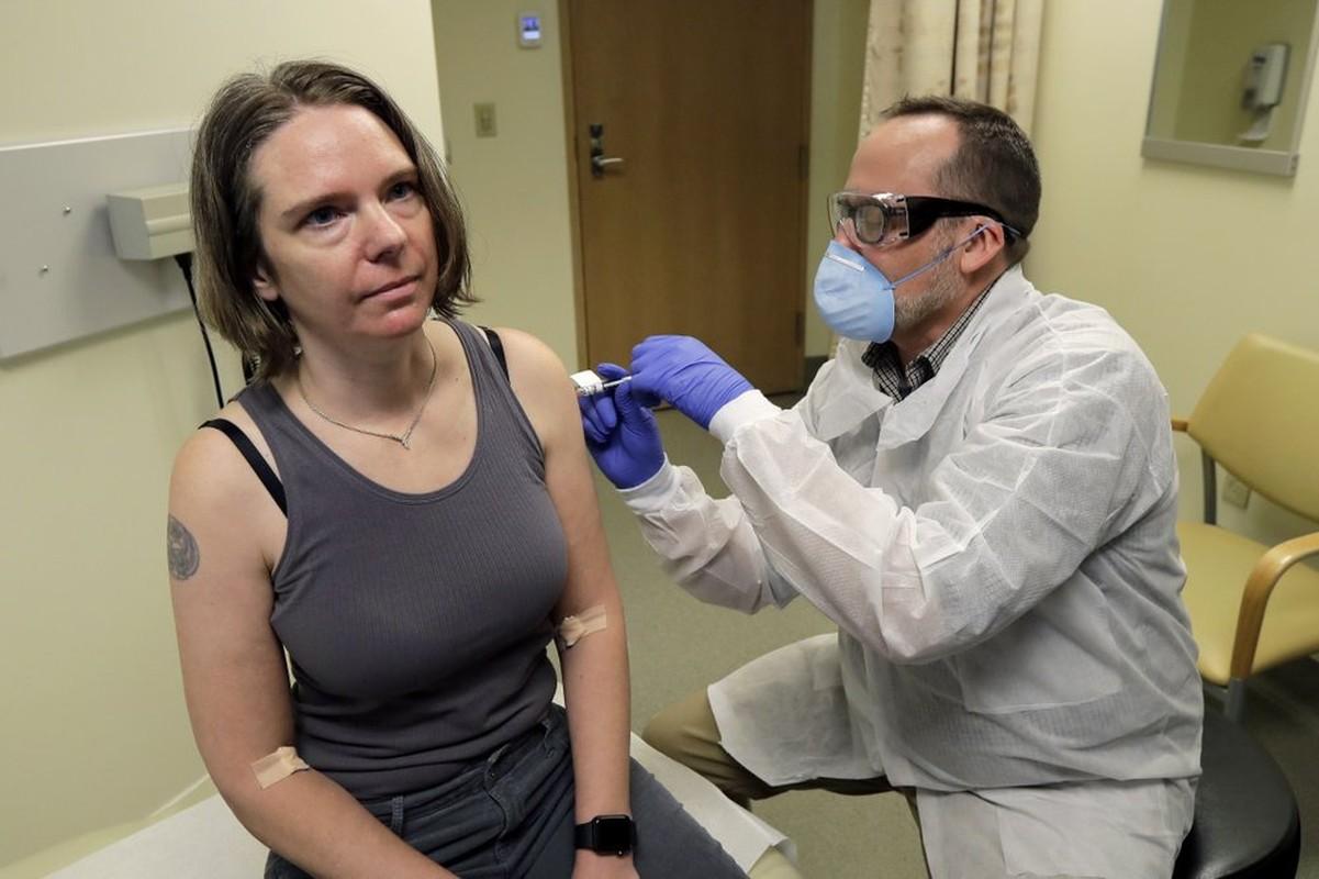 4 nguoi dau tien da duoc tiem thu nghiem vaccine ngua Covid-19