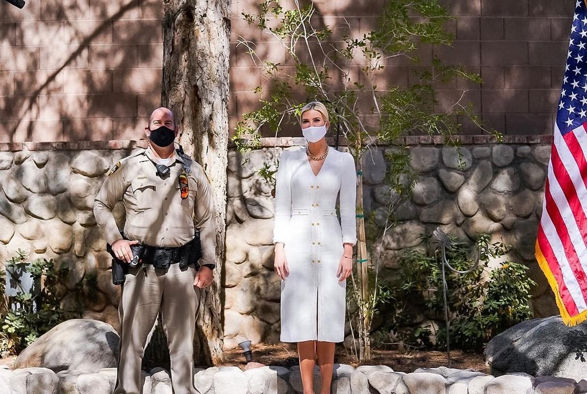 Ivanka Trump dien do trang thanh lich van cuc goi cam trong dip bau cu-Hinh-5