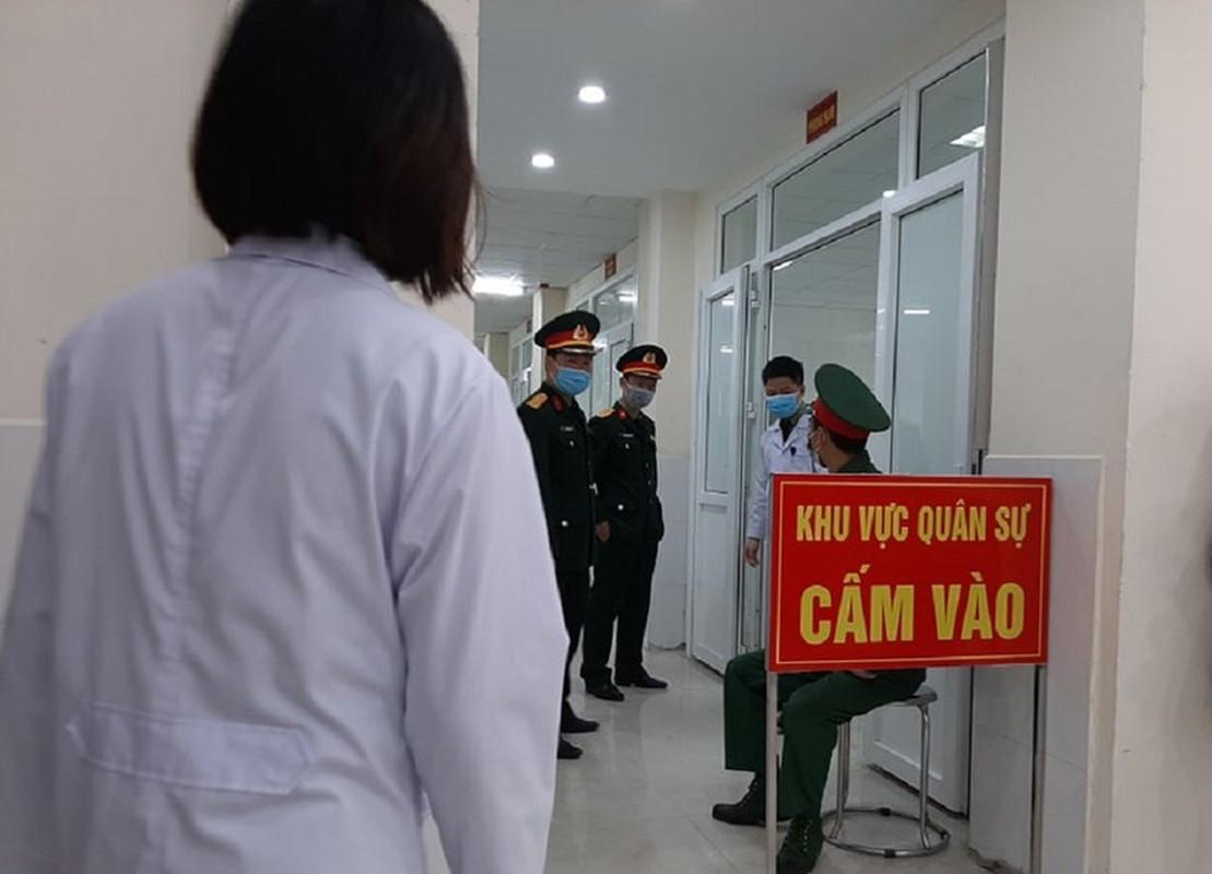 Can canh TNV tiem mui vaccine COVID-19 dau tien tai Viet Nam-Hinh-2