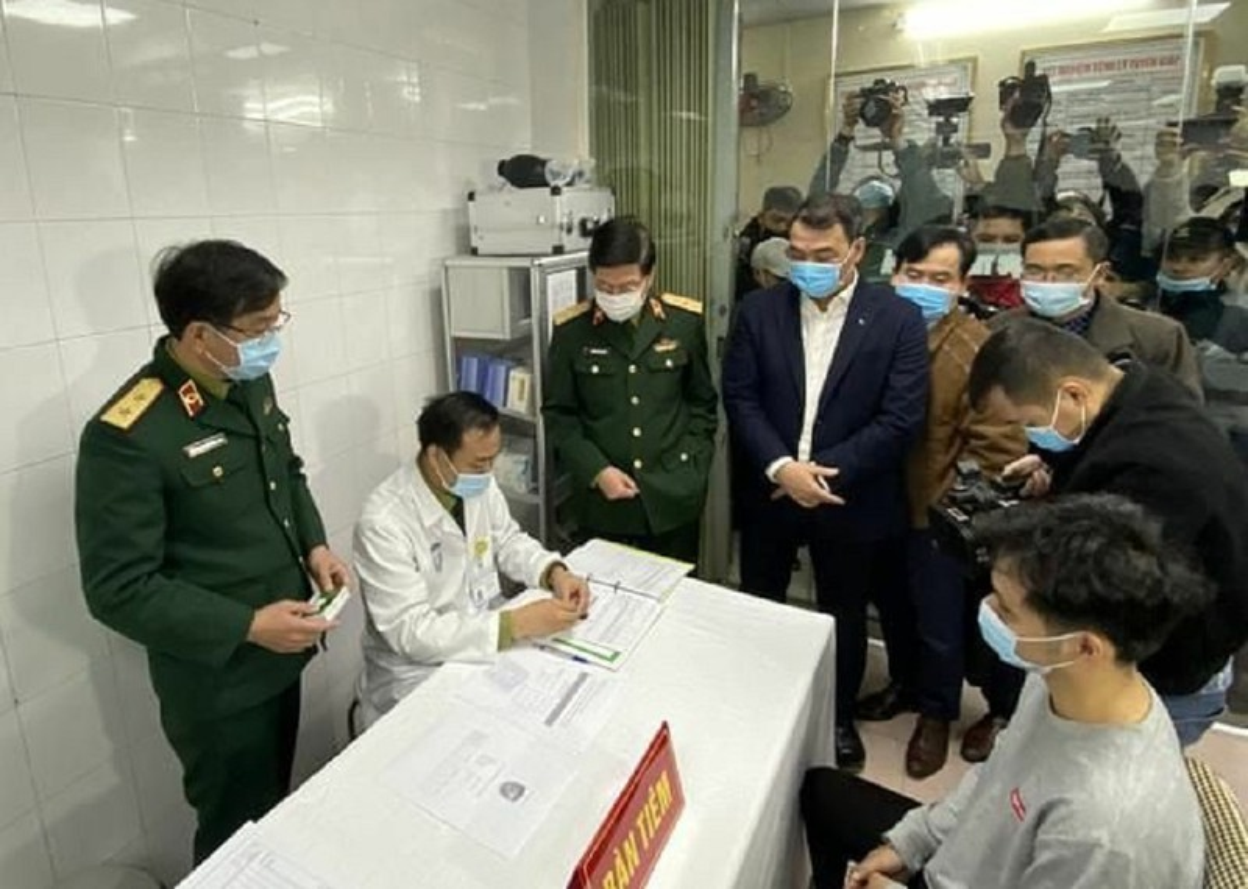 Can canh TNV tiem mui vaccine COVID-19 dau tien tai Viet Nam-Hinh-3