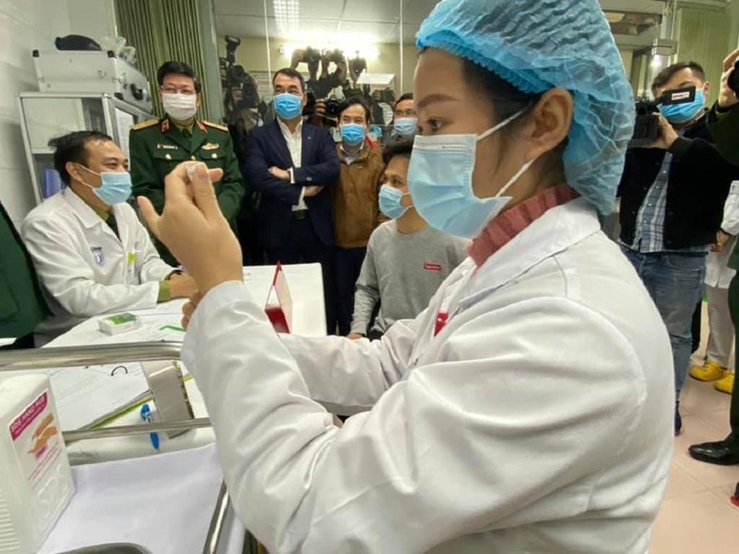 Can canh TNV tiem mui vaccine COVID-19 dau tien tai Viet Nam-Hinh-4