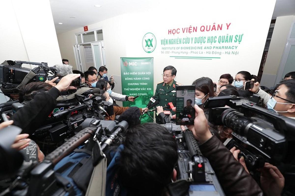 Can canh TNV tiem mui vaccine COVID-19 dau tien tai Viet Nam-Hinh-6