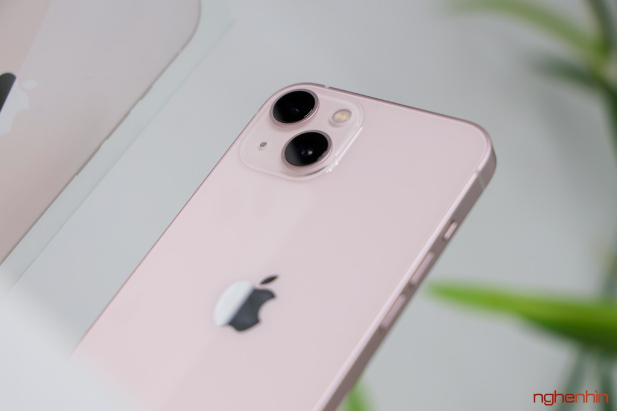 Tren tay iPhone 13 mau Hong nu tinh dang hot nhat coi mang