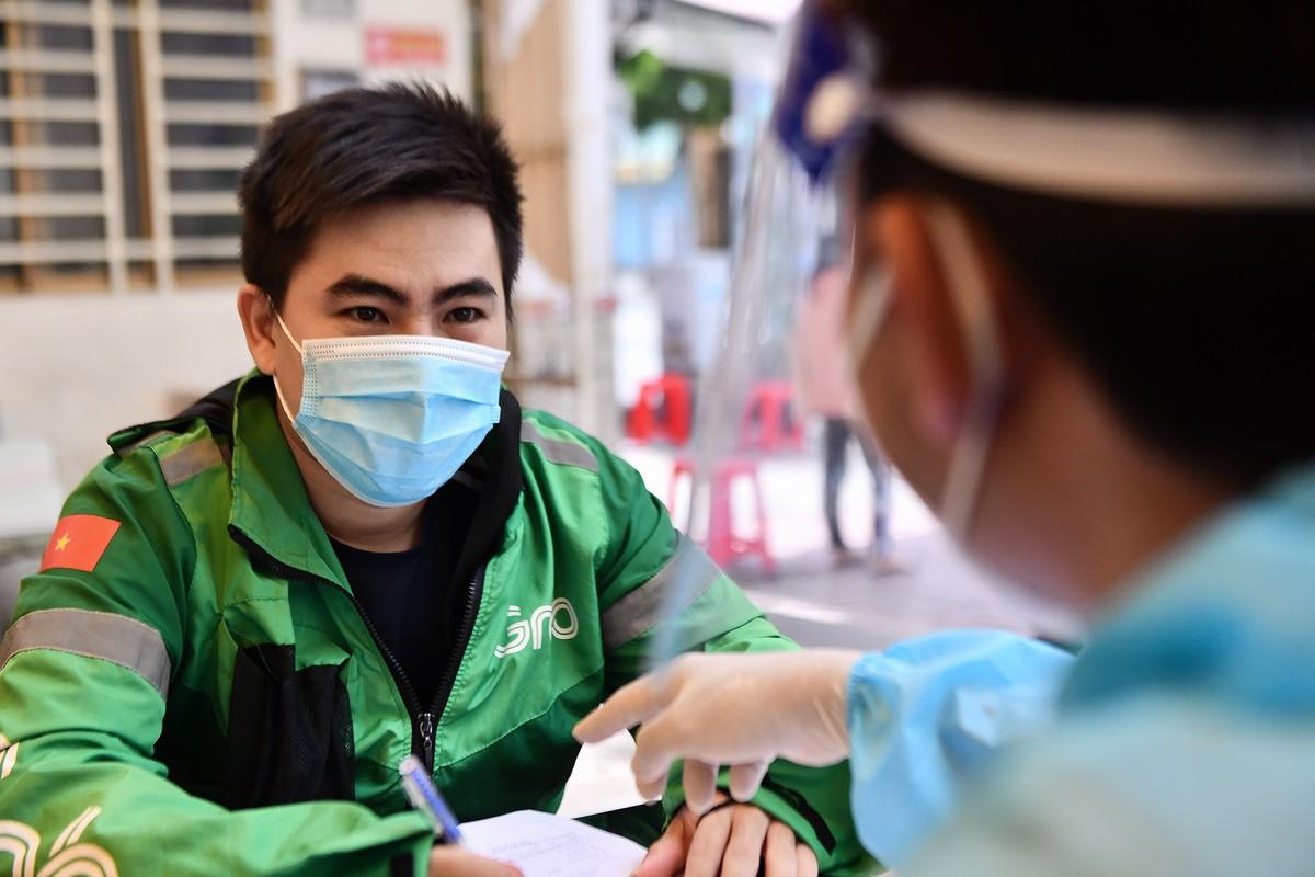 Ngay dau TP HCM to chuc tiem vaccine dong loat cho shipper-Hinh-5