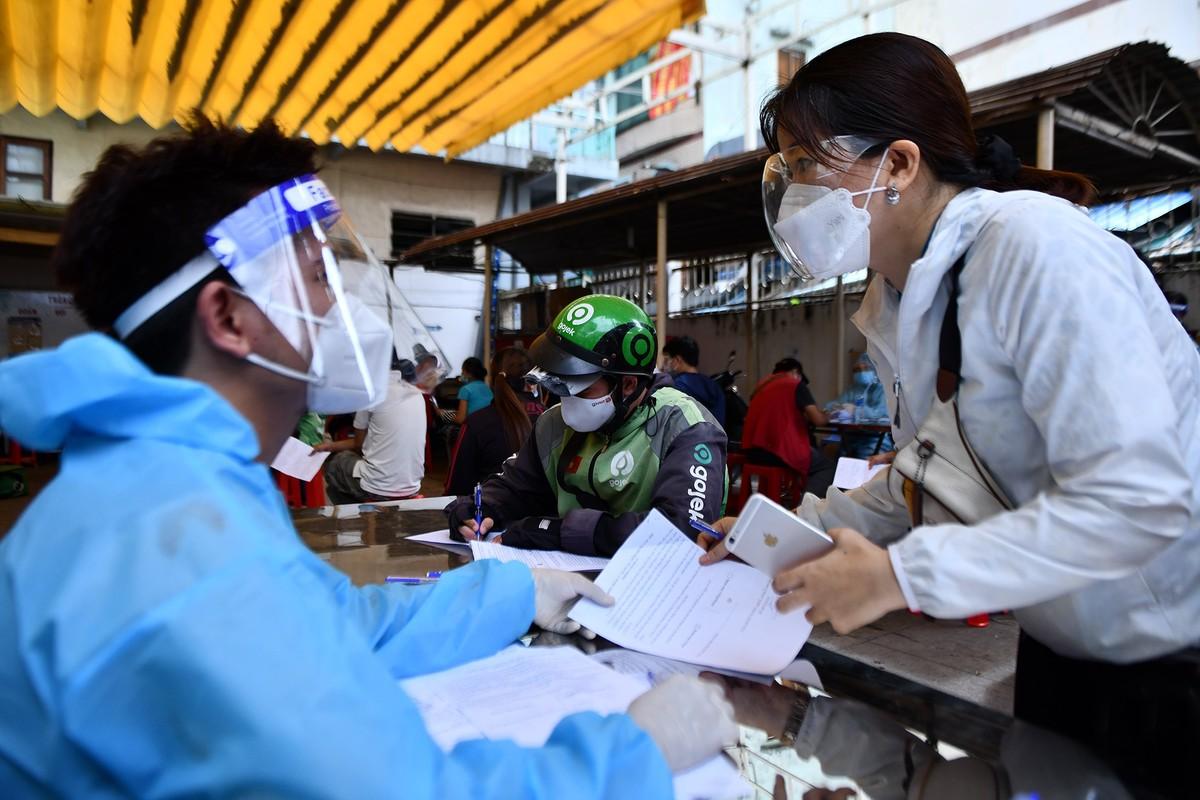 Ngay dau TP HCM to chuc tiem vaccine dong loat cho shipper-Hinh-8