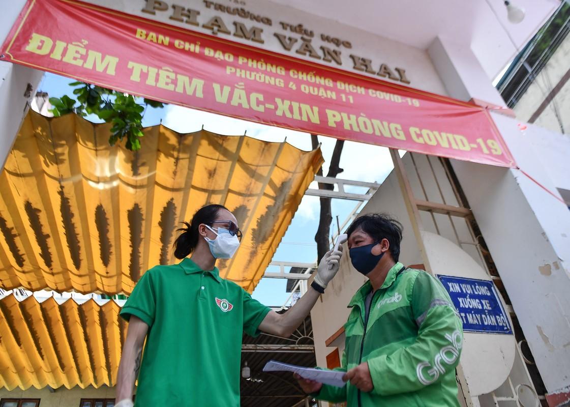 Ngay dau TP HCM to chuc tiem vaccine dong loat cho shipper