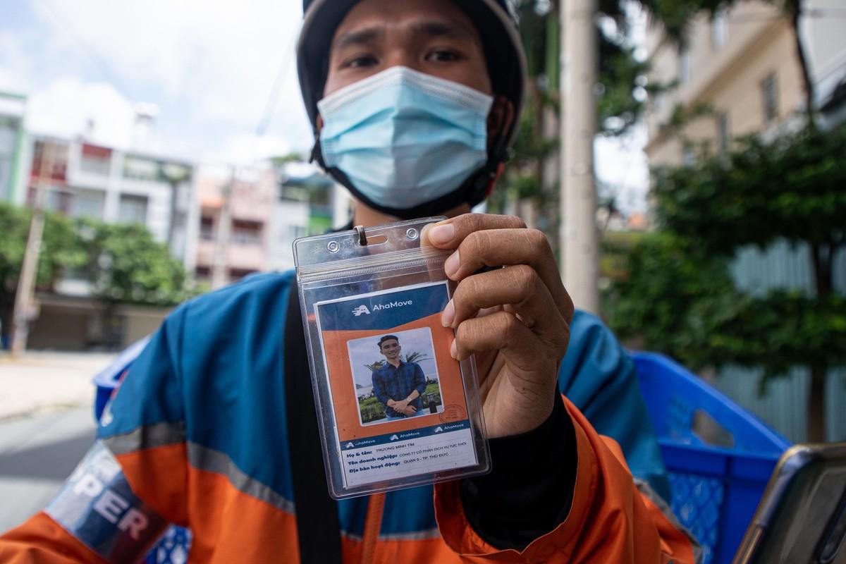 Shipper o TP HCM bat dau deo bang ten, bang tay-Hinh-4