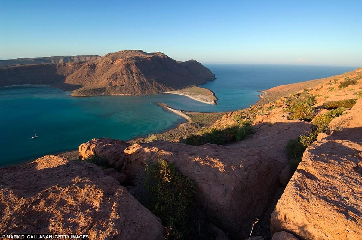 California: Baja là hoàn hảo cho một nơi nghỉ ngơi mùa đông theo National Geographic như hàng ngàn con cá voi xám di chuyển khoảng 6.000 dặm về phía nam tới căn cứ giống như những hình
