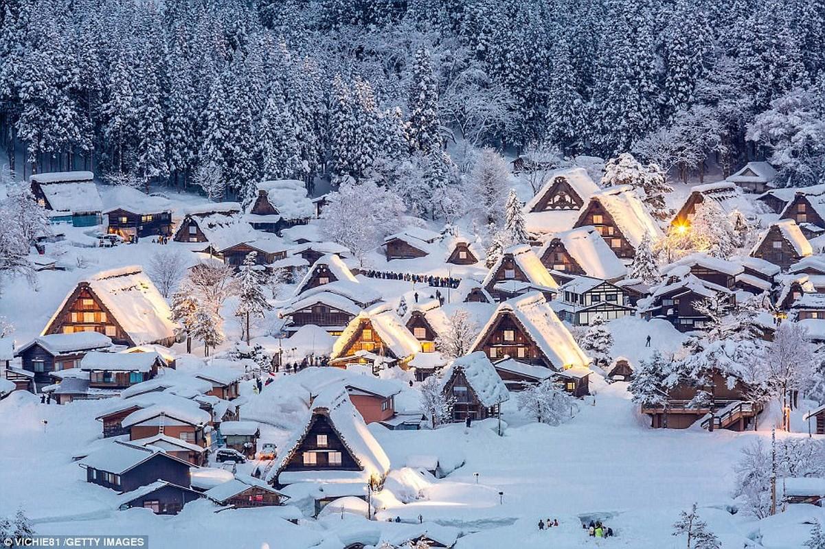 Nhật Bản: Đất nước mặt trời mọc vào mùa đông là một giấc mơ, nói rằng Địa lý Quốc gia và những ngôi nhà rực rỡ cuối cùng đã bị che khuất bởi tuyết ở Chubu, Nhật Bản. Đây chỉ là một trong nhiều lễ hội đưa Nhật Bản đến với cuộc sống này trong năm nay