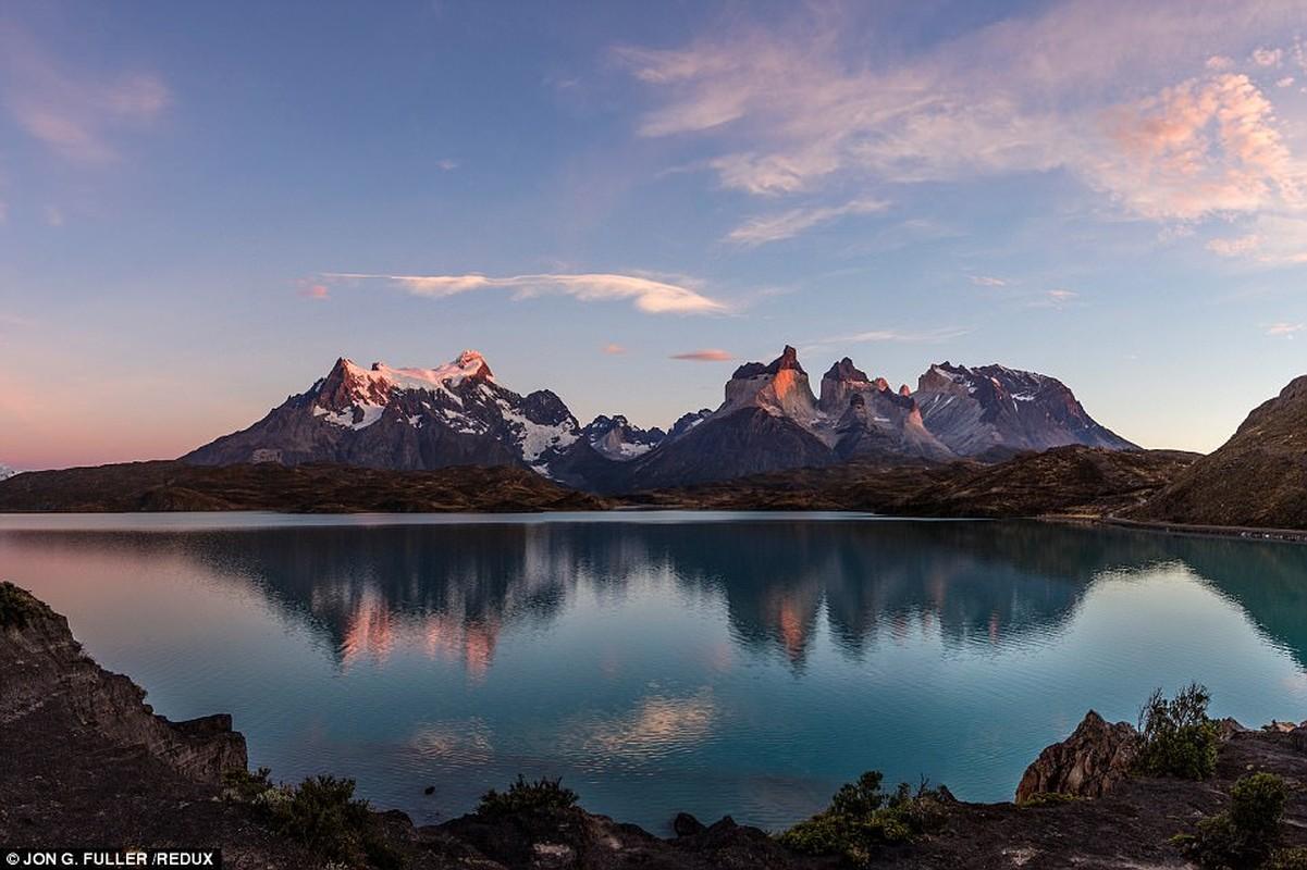 Patagonia: Địa lý Quốc gia nói rằng những cảnh quan núi đồi, màu xanh nước biển làm cho chuyến bay mùa đông dài tới Patagonia giá trị. Hình ảnh là Vườn Quốc gia Torres del Paine, chỉ mở cửa trong những tháng mùa đông