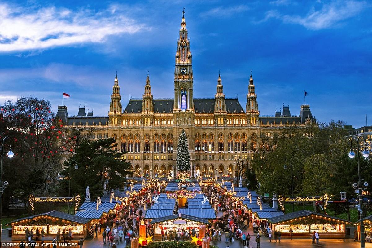 Vienna: Christkindlmarkt cổ điển của thành phố Áo là nơi hoàn hảo để uống gluhwein và đi trượt băng. Địa lý Quốc gia nói rằng một lần vào năm mới, hãy thử các quán cà phê, schnitzel và ghé thăm Vienna Opera Ball
