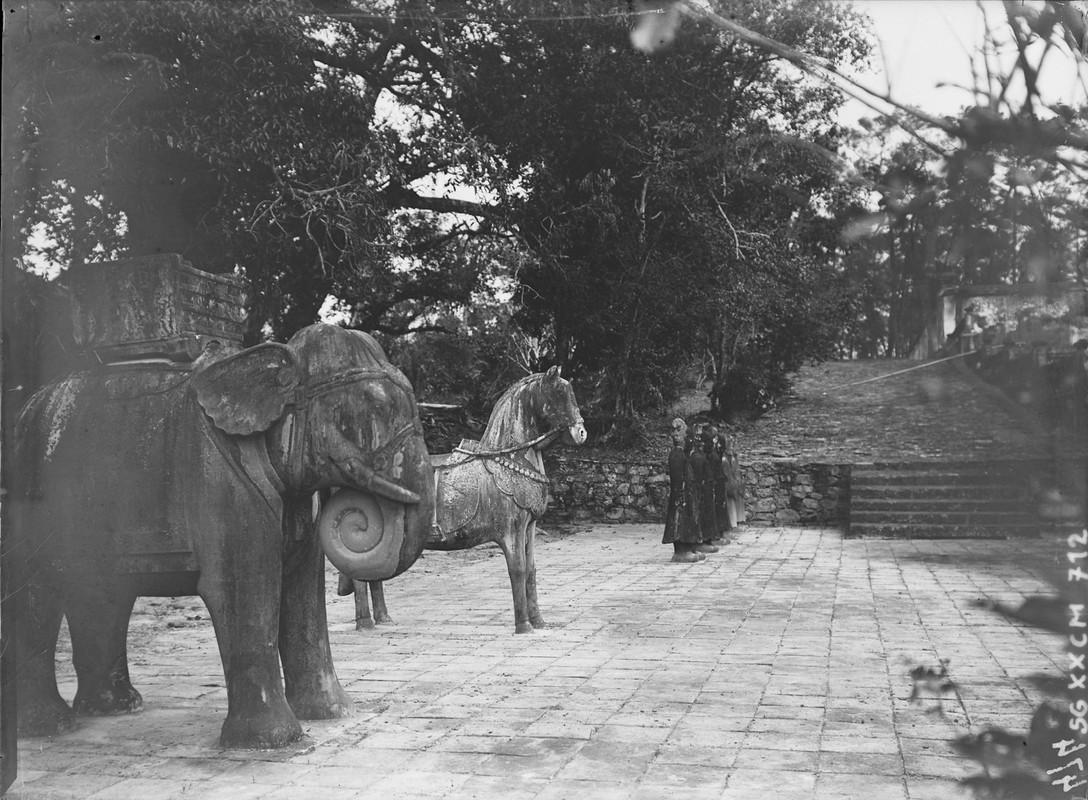 Canh tuong la o lang Gia Long nam 1898-Hinh-3