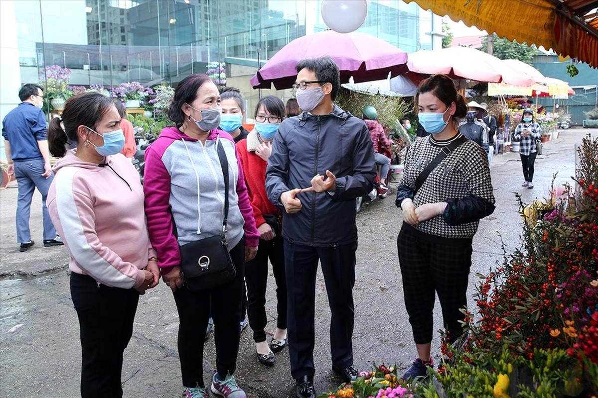 Pho Thu tuong Vu Duc Dam thi sat cho hoa Tet, trung tam thuong mai-Hinh-2