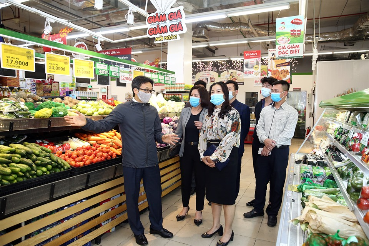 Pho Thu tuong Vu Duc Dam thi sat cho hoa Tet, trung tam thuong mai-Hinh-9