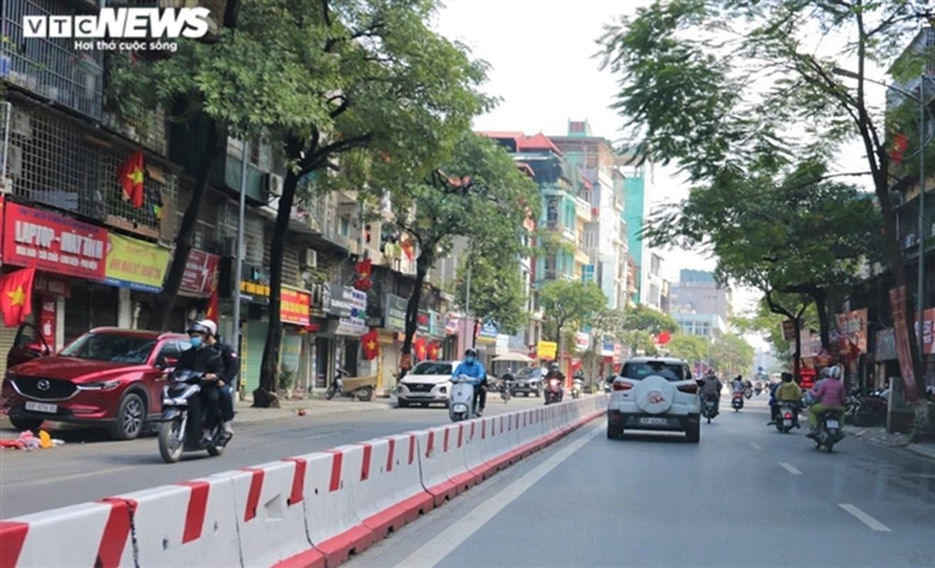 Ngay dau nghi Tet, duong pho Ha Noi vang hoe, ben xe lac dac nguoi-Hinh-4