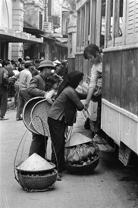 Anh de doi nhung chuyen tau dien o Ha Noi nam 1973-Hinh-6