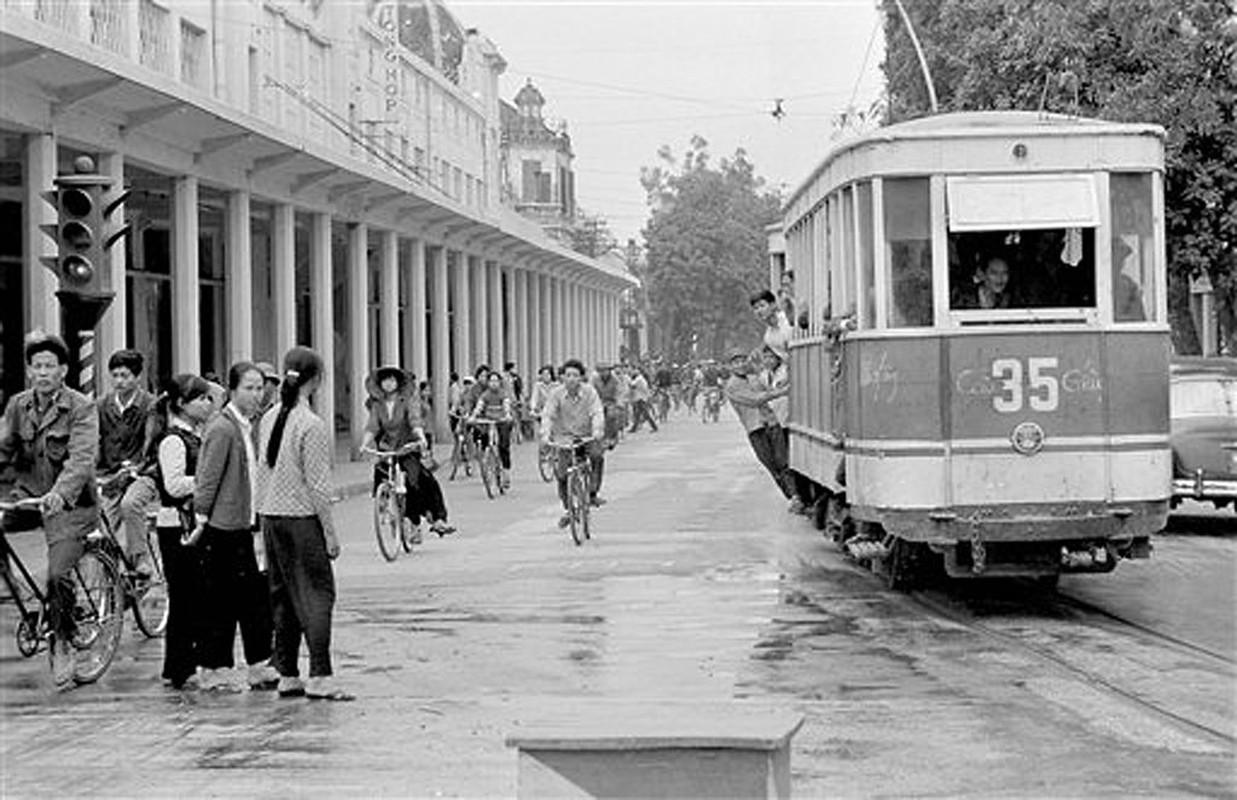 Anh de doi nhung chuyen tau dien o Ha Noi nam 1973