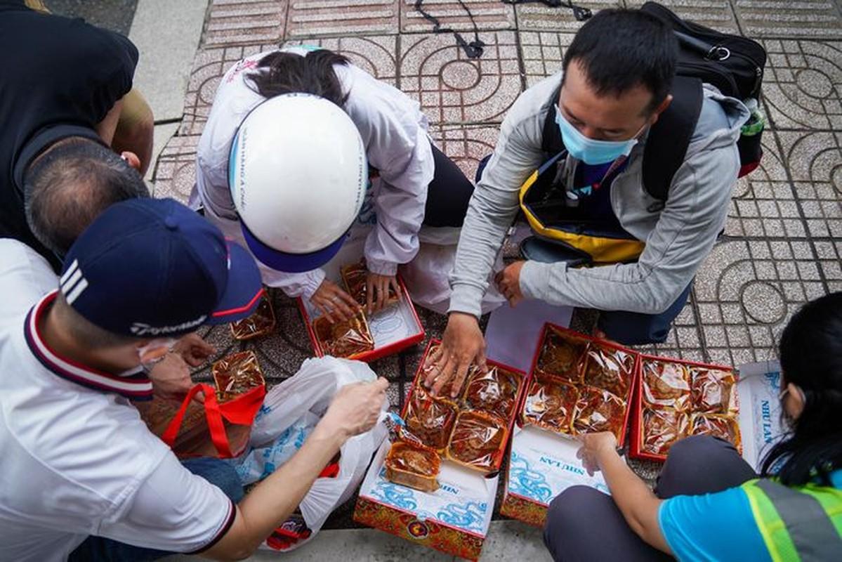 Xep hang dai cho mua banh Trung thu tai TP.HCM-Hinh-12