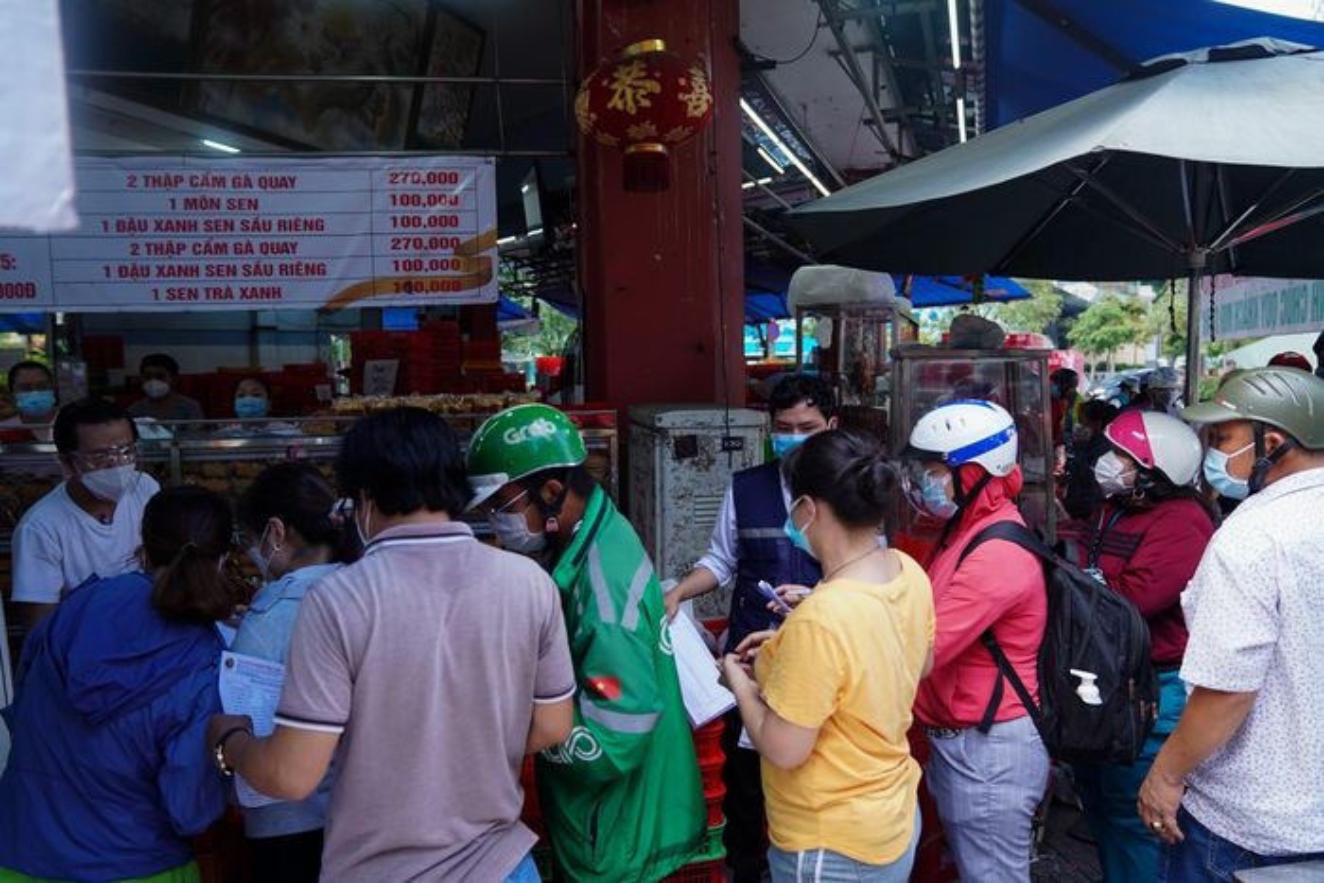 Xep hang dai cho mua banh Trung thu tai TP.HCM-Hinh-3