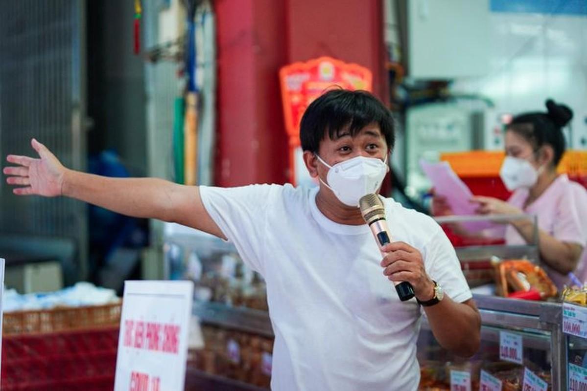Xep hang dai cho mua banh Trung thu tai TP.HCM-Hinh-4