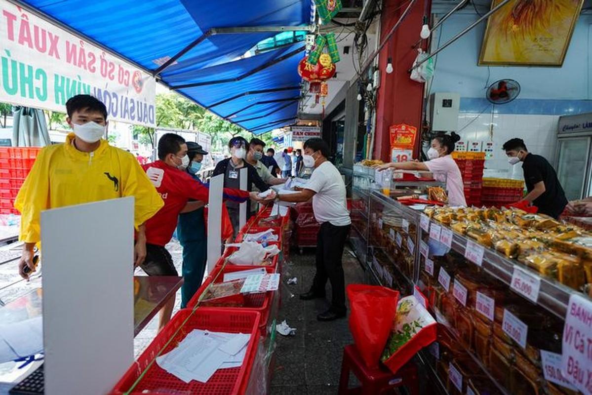Xep hang dai cho mua banh Trung thu tai TP.HCM-Hinh-5