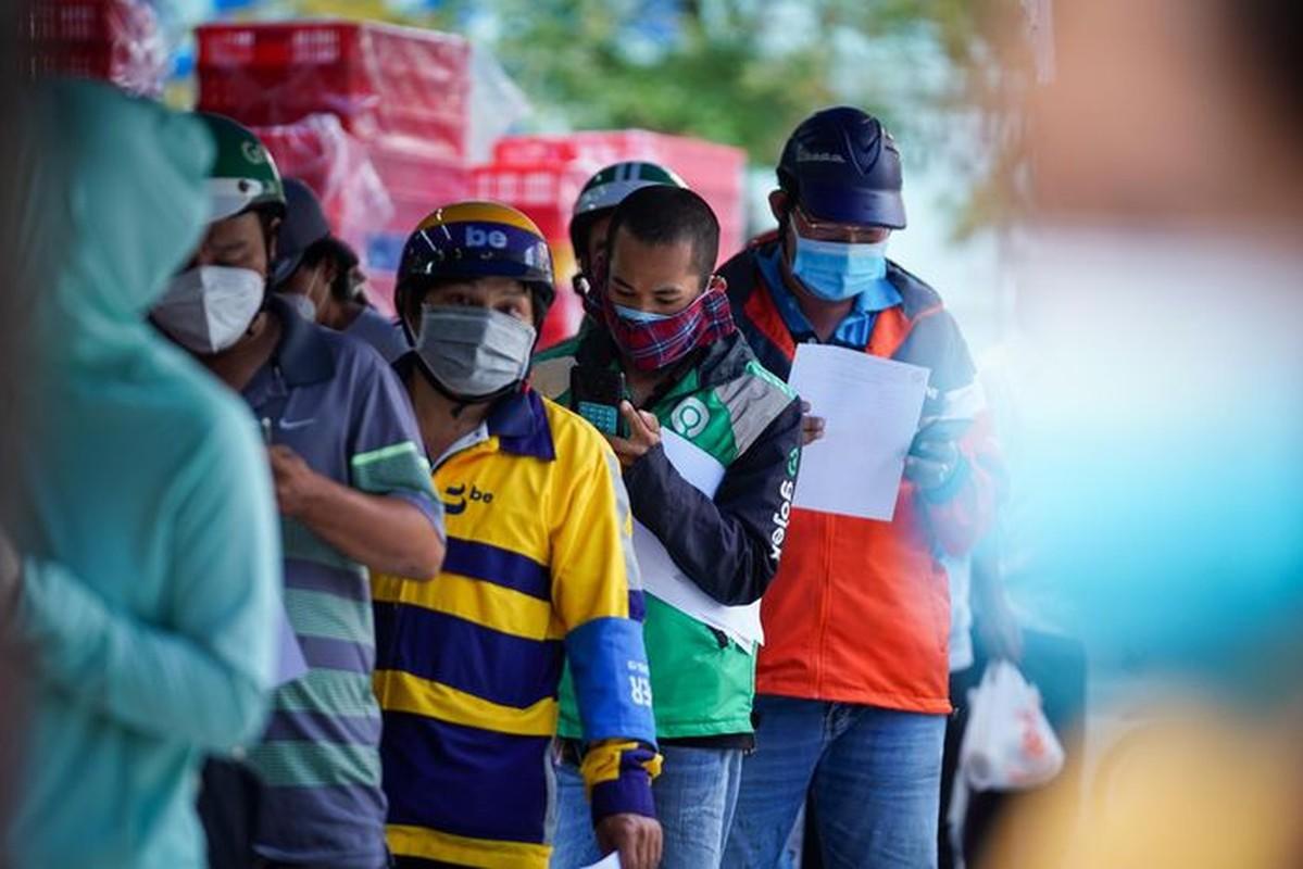 Xep hang dai cho mua banh Trung thu tai TP.HCM-Hinh-6