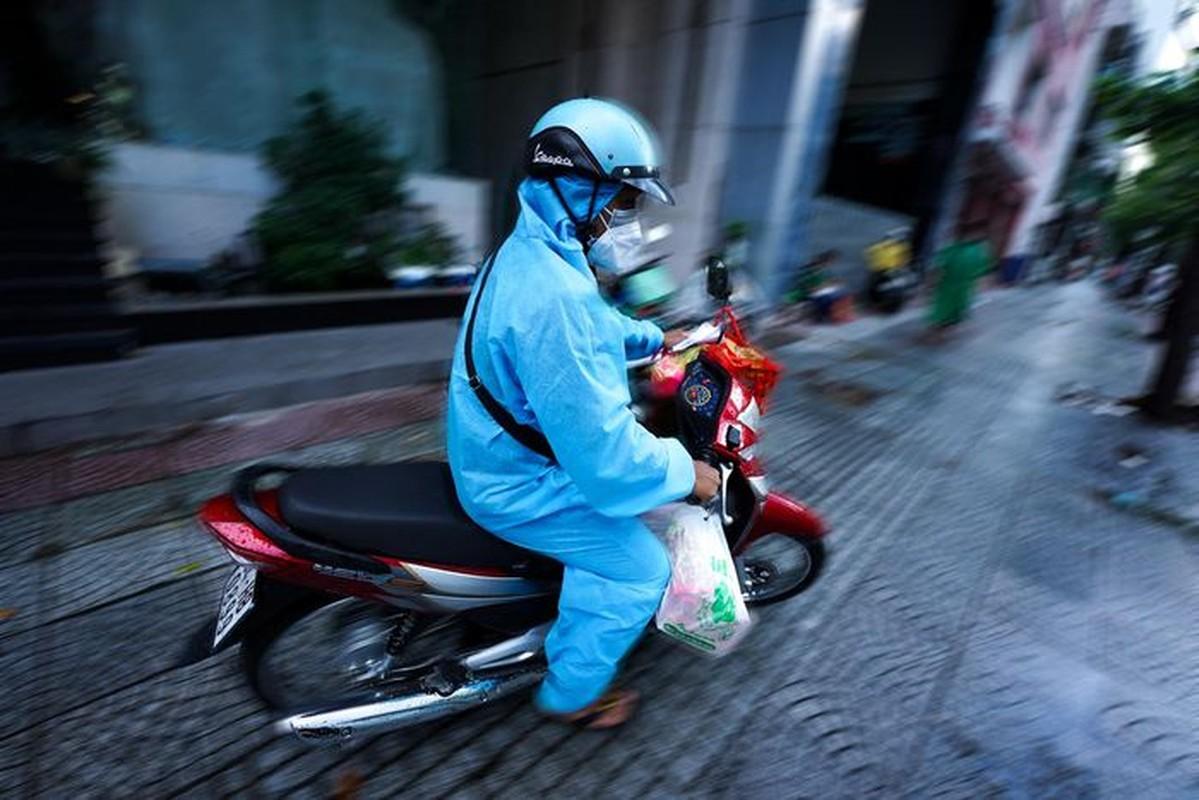 Xep hang dai cho mua banh Trung thu tai TP.HCM-Hinh-7