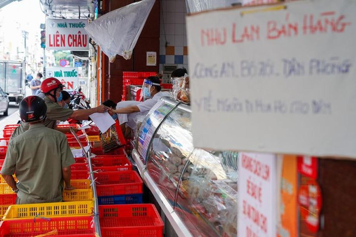 Xep hang dai cho mua banh Trung thu tai TP.HCM-Hinh-9