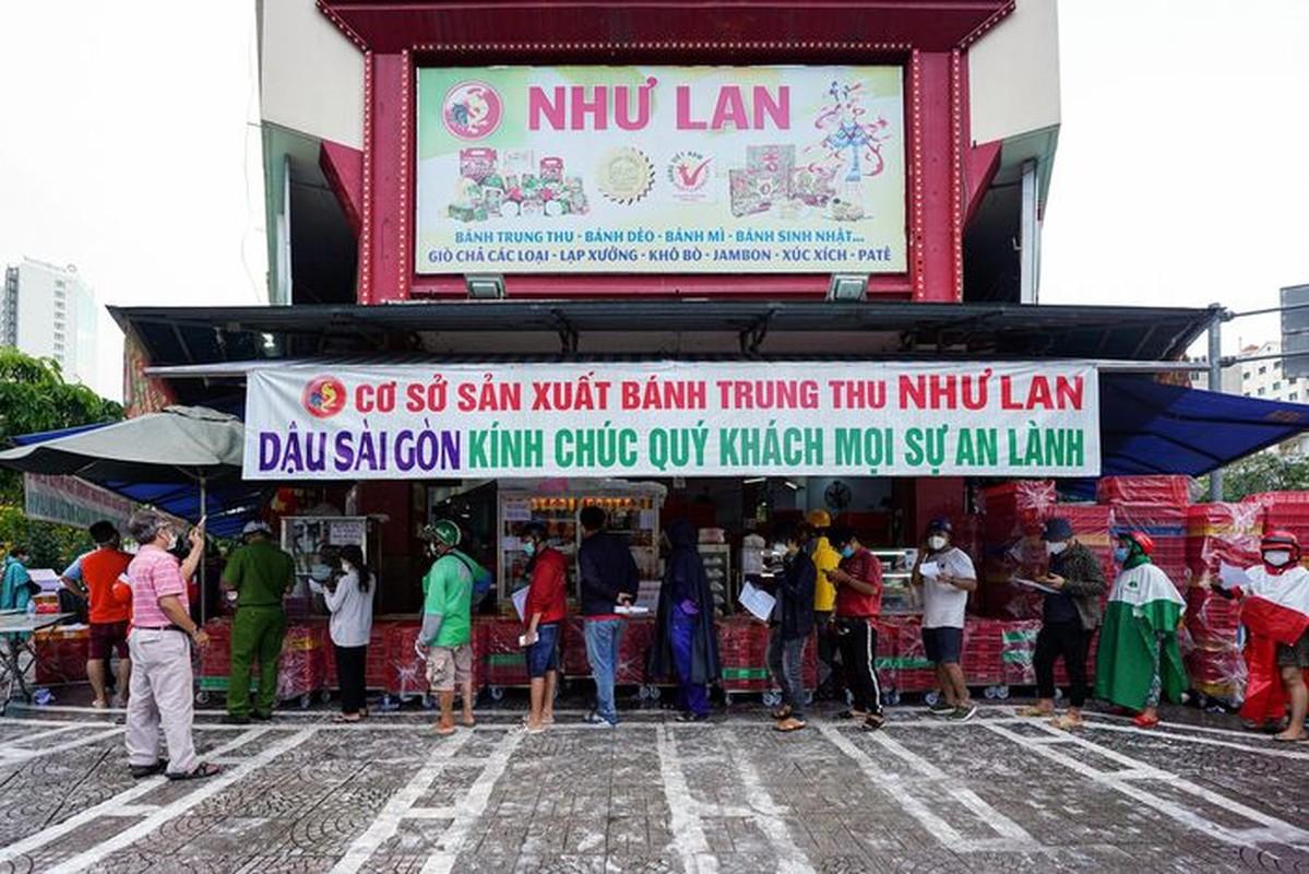 Xep hang dai cho mua banh Trung thu tai TP.HCM